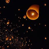 Floating lantern in night sky — Foto de Stock