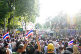 BANGKOK,THAILAND - DECEMBER 2 : Anti-government protesters to blockade the Royal Thai Police. The protest Against The Amnesty bill in Bangkok, capital of Thailand on 2 December 2013 — Foto de Stock