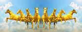Gruppo di cavalli d'oro in esecuzione sul cloud — Foto Stock