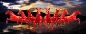 Gruppo di cavalli rossi in esecuzione con sfondo del cielo al tramonto — Foto Stock
