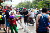 Chiang mai, thailand - 13 april: mensen vieren songkran thai nieuwe jaar of water festival in de straten door het gooien van water op elkaar op 13 april 2014 in chiang mai, thailand — Stockfoto