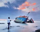 Mr. Dan take photo his shipwreck  in the sea — Stock Photo