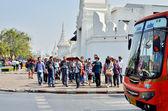 曼谷,泰国-1 月 25 日: 亚洲旅游步行遵循的指南在 2014 年 1 月 25 日在泰国曼谷街对面 — 图库照片