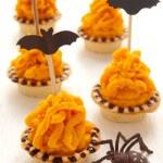 Halloween cake with orange cream — Stock Photo