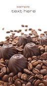 コーヒー豆とチョコレート菓子 — ストック写真