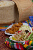 "Papaya spicy salad named ""Som Tum"", Thai food with fried chicken — Stock Photo"