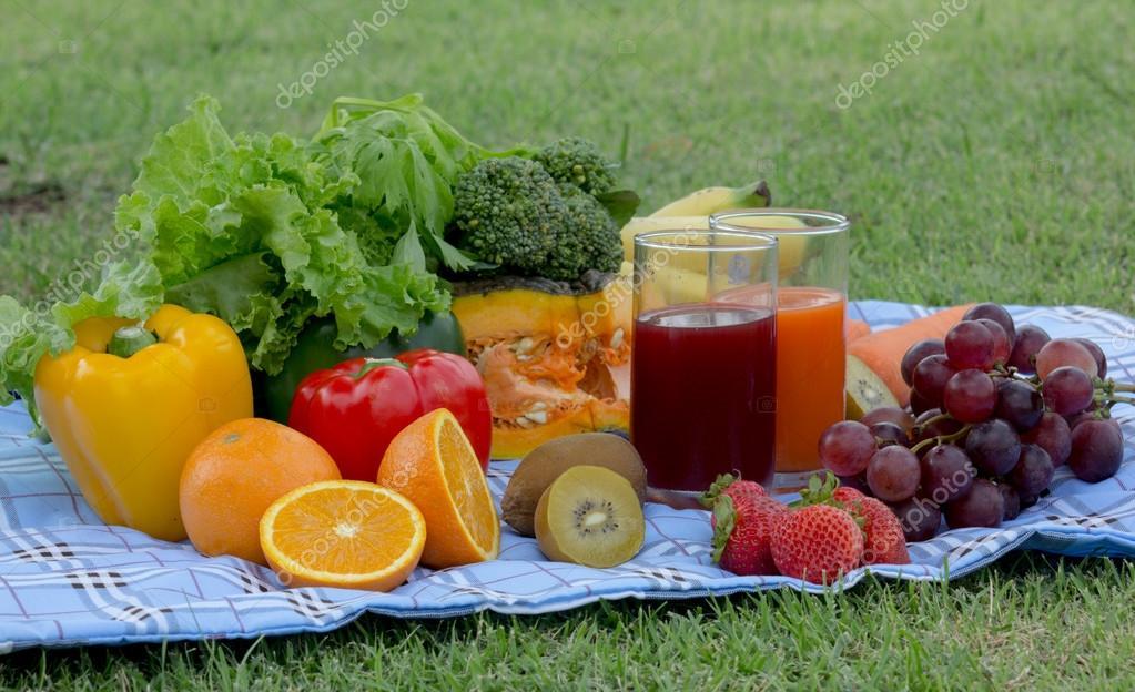 Colorido plato de ensalada de frutas tropicales con - Platos para picnic ...