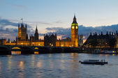Cityscape of Big Ben and Westminster Bridge with river Thames. L — Stock Photo