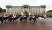 Queen's Royal Horse Guards ride past Buckingham Palace — Zdjęcie stockowe