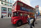 Routemaster departs from the bus stop, London — Stock Photo