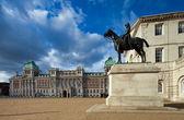 Koně stráže průvod budov, londýn, velká británie — Stock fotografie
