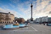 Trafalgar square i kolumna nelsona wieczorem — Zdjęcie stockowe