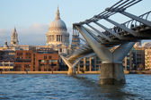Blick auf st. paul's cathedral und millennium bridge, london — Stockfoto