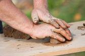 Händerna på potter bildar våt lera — Stockfoto