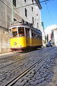знаменитая линия 28 трамвай в лиссабоне, португалия — Стоковое фото