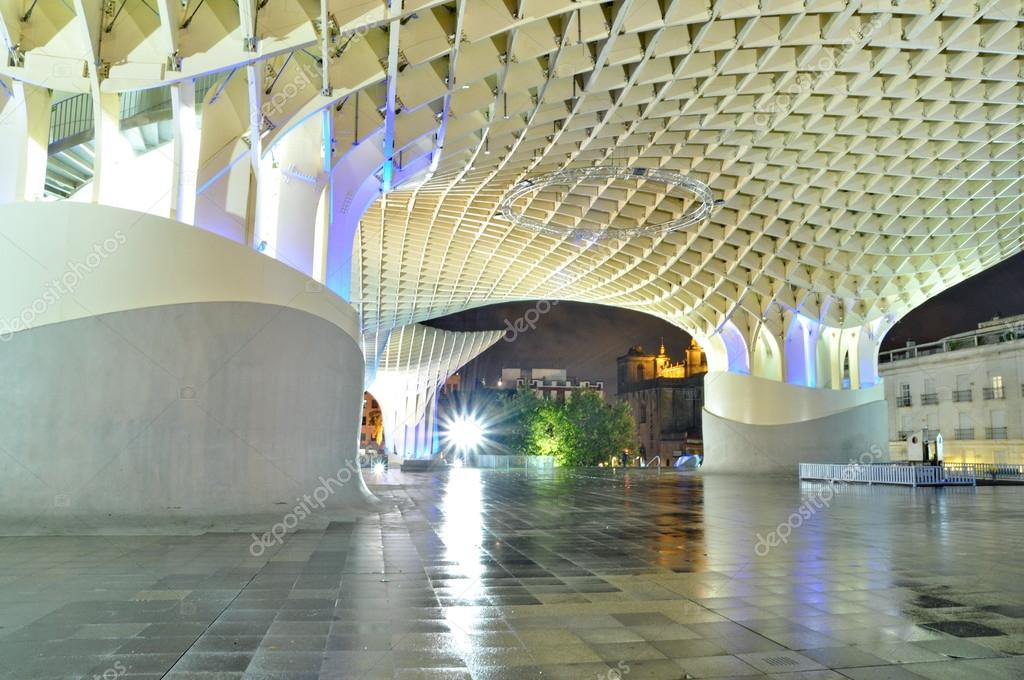 SEVILLA,SPAIN -SEPTEMBER 27: Metropol Parasol in Plaza de la Encarnacion on September 27, 2012 in Sevilla,Spain. J. Mayer H. architects, it is made from bonded timber with a polyurethane coating. — Stock Photo #17636115