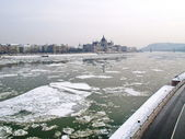 Parliament of Hungary and the icey river of Danube — Stock Photo