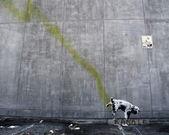 Los angeles, Verenigde Staten - 17 oktober: banksy graffiti op een muur (pissin — Stockfoto