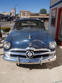 """PAGE - SEPTEMBER 22: Classic blue Ford car parking at """"Pete's Ga — 图库照片"""