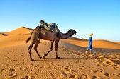 MERZOUGA DESERT - OCTOBER 01: Man in traditional  berber wear le — Stock Photo