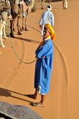 MERZOUGA DESERT - OCTOBER 01: Man in traditional Berber wear, wa — Stock Photo