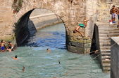 ESSAOUIRA - SEPTEMBER 29: Children take a bath in the canal. Ess — Стоковое фото