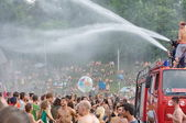 OZORA, HUNGARY - AUGUST 01: Fire department spray water on crowd — Stock Photo