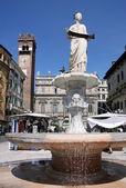 Starověké fontána se madonna verona — Stock fotografie
