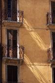 узкие балконы в старый город верона — Стоковое фото