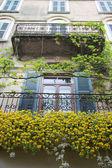 Varanda com ricas decorações florais em desenzano — Foto Stock