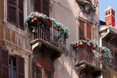Balconi a vecchie case di città a verona — Foto Stock