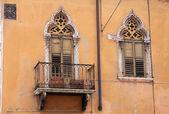 Narrow balcony in the old town of Verona — Stock Photo