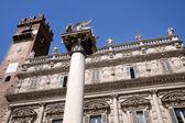 Marmeren kolom met de gevleugelde leeuw van san marco in verona — Stockfoto