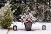 Lanterne sulla terrazza nella neve — Foto Stock
