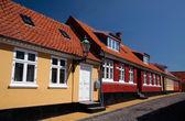Gele en rode huizen in roenne op bornholm — Stockfoto