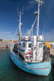 Old fishing boat in harbor — Stock fotografie