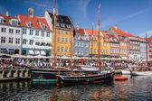 Vecchie barche e case a nyhavn a copenaghen — Foto Stock