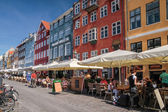 Straatcafés op nyhavn in Kopenhagen — Stockfoto