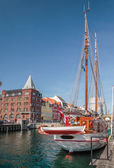 Old sailing ships and houses in Nyhavn in Copenhagen — Stock Photo