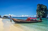 Longtail boat on tropical beach near Karbi — Zdjęcie stockowe