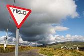 дать знак путь с темные облака — Стоковое фото