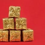 presentes de Natal de ouro sobre fundo vermelho — Foto Stock