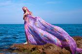 Plaj elbise akarsu ile güzel kız — Stok fotoğraf