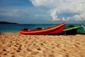 Dos kayaks tendido sobre la arena — Foto de Stock