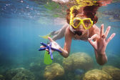 Girl in scuba mask holding starfish — Stock Photo
