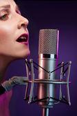 Linda mulher cantando — Fotografia Stock