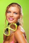 緑色の背景で笑顔の女の子 — ストック写真