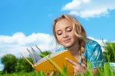 Güzel kız okuma kitabı açık havada — Stok fotoğraf