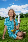 счастливый блондинка с молочный коктейль — Стоковое фото