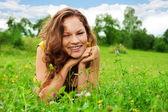 緑の芝生の上に敷設素敵な女の子 — ストック写真